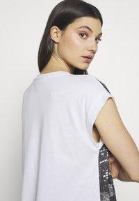 DKNY - LOGO FIRE ESCAPE  - Print T-shirt - white/black - 4