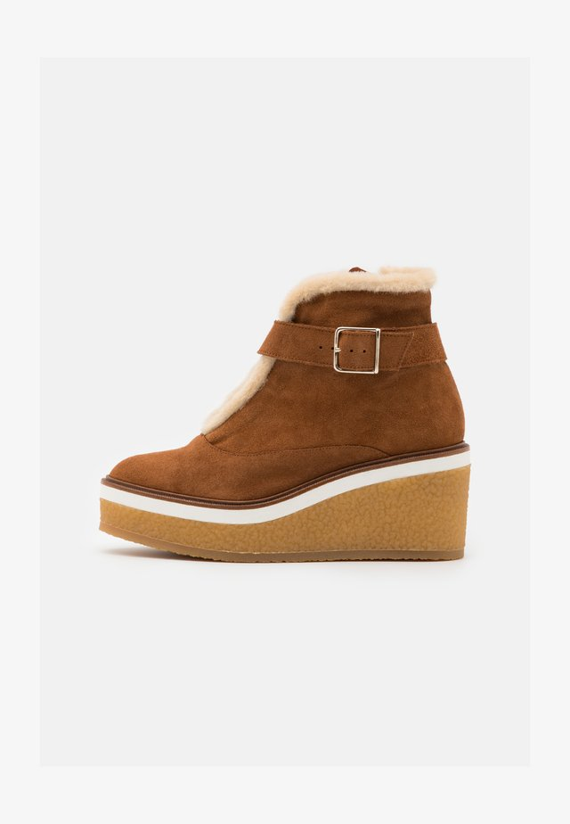 NELLA - Kotníková obuv na vysokém podpatku - cognac