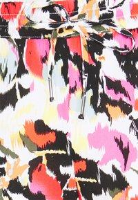 ONLY Petite - ONLNOVA LIFE PANT - Trousers - cloud dance/blury geo - 3