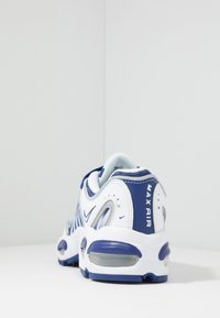 Nike Sportswear - AIR MAX TAILWIND IV - Sneaker low - white/deep royal blue/wolf grey - 4