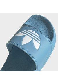 adidas Originals - ADILETTE LITE - Muiltjes - hazy blue/ftwr white/ftwr white - 5