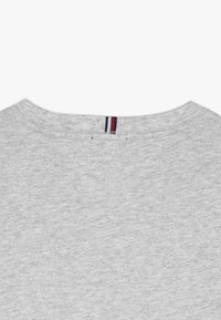 Tommy Hilfiger - ESSENTIAL TEE - T-shirt print - grey - 3