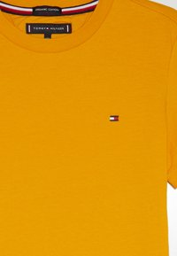 Tommy Hilfiger - ESSENTIAL ORIGINAL TEE - T-shirt con stampa - yellow - 3
