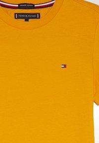 Tommy Hilfiger - ESSENTIAL ORIGINAL TEE - Print T-shirt - yellow - 3