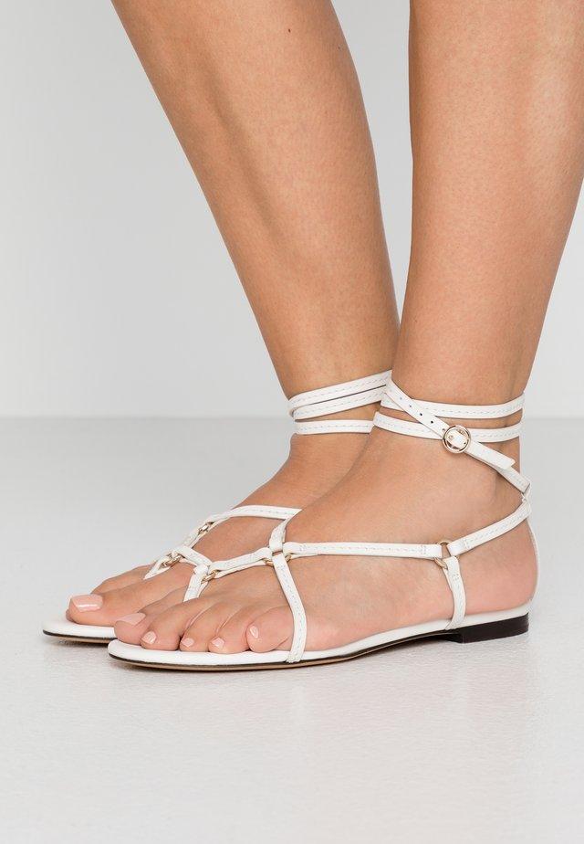 LOUISE STRAPPY FLAT RINGS - Sandaler m/ tåsplit - ivory