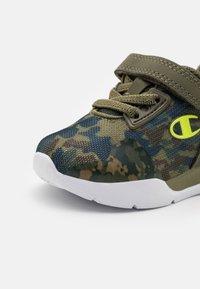 Champion - LOW CUT SHOE RAMBO UNISEX - Sports shoes - khaki - 5