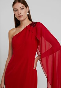 Adrianna Papell - ONE SHOULDER CAPE COLUMN GOWN - Iltapuku - cardinal - 5