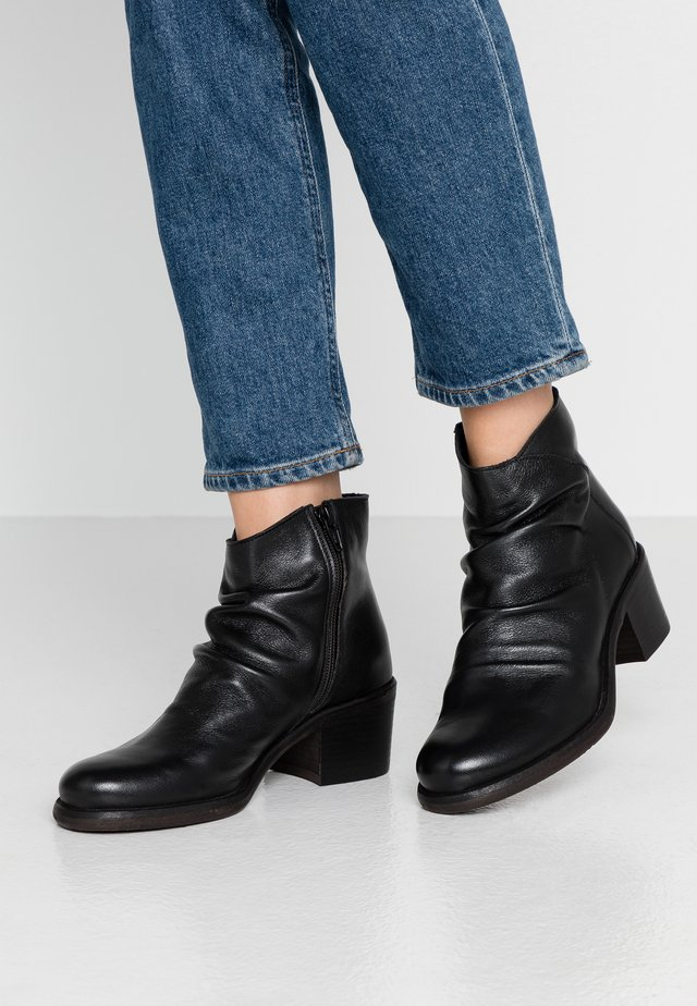GIANI - Korte laarzen - light black