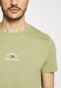 Tommy Hilfiger - ARCH TEE - Print T-shirt - green - 5