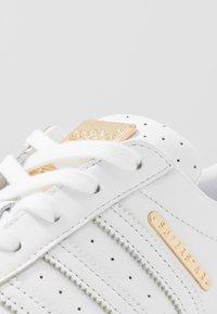 adidas Originals - SUPERSTAR - Sneakersy niskie - footwear white/gold metallic - 3