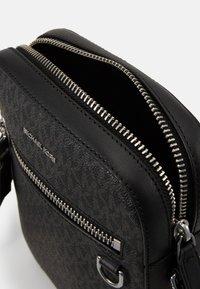 Michael Kors - HENRY FLIGHT BAG UNISEX - Across body bag - black - 4