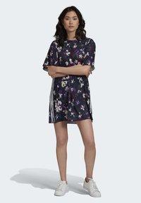 adidas Originals - BELLISTA SPORTS INSPIRED LOOSE DRESS - Sukienka z dżerseju - multicolor - 1