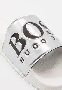 BOSS - SOLAR SLID - Pantofle - silver - 5