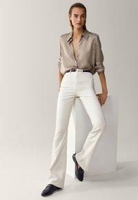 Massimo Dutti - SCHLAG AUS HOHEM  - Flared Jeans - beige - 3