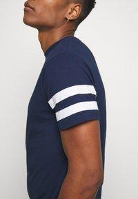 Newport Bay Sailing Club - TEE - T-shirts print - navy - 4