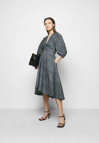 Proenza Schouler White Label - EXAGGERATED SLEEVE FITTED DRESS - Denní šaty - steel blue/black - 1