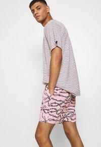 Santa Cruz - BARBED - Shorts - pink - 3