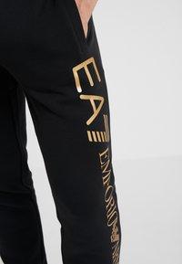 EA7 Emporio Armani - PANTALONI - Pantaloni sportivi - black/gold - 4