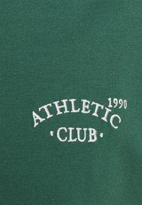 Jack & Jones - JORTOBIAS TEE CREW NECK CHEST UNISEX - Basic T-shirt - trekking green - 7