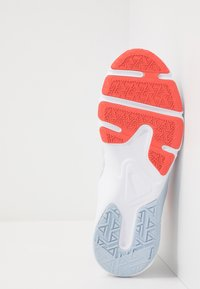 Nike Performance - LEGEND ESSENTIAL - Kuntoilukengät - vast grey/fire pink/magic ember/hydrogen blue/white - 4