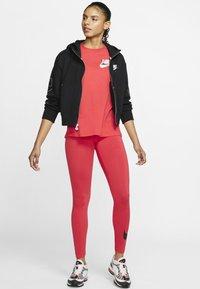 Nike Sportswear - TEE NOVEL - T-shirts med print - track red/white - 1