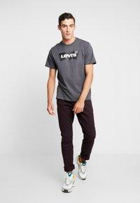 Levi's® - HOUSEMARK GRAPHIC TEE - T-shirts print - forge iron - 1