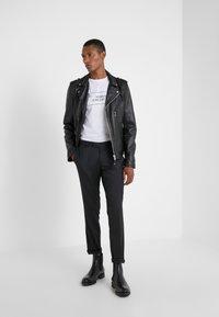 Versace Collection - GIROCOLLO REGOLARE - T-shirts print - bianco/nero - 1