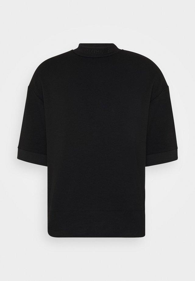 HIGH NECK OVERSIZED TEE - T-shirt - bas - black