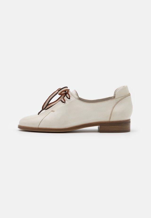 Zapatos de vestir - white