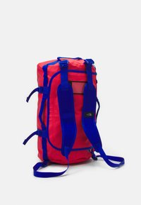 The North Face - BASE CAMP DUFFEL S UNISEX - Sports bag - horizon red/blue - 3