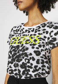 Guess - EWA TEE - Print T-shirt - iconic white - 4