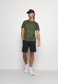 Champion - CREWNECK  - Print T-shirt - khaki - 1