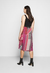 CAPSULE by Simply Be - PRINT PLEAT MIDI SKIRT - Pleated skirt - pink/black - 2