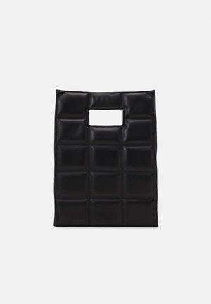 THE QUILTED BAG MEDIUM - Håndveske - black/gold-coloured