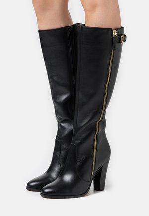 NELIOTA - Kozačky na vysokém podpatku - noir