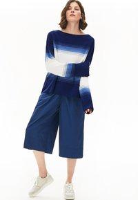 Lacoste - LACOSTE - DAMEN PULLI-AF6462 - Sweter - navy blau / blau / weiß - 1