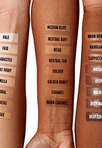 Nyx Professional Makeup - CSWS CONTOUR CONCEALER - Concealer - 7.5 soft beige - 2