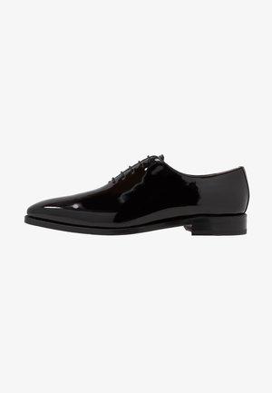 ARMAND - Elegantní šněrovací boty - charol black