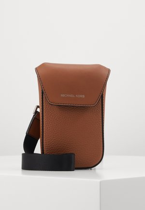 GREYSON FLAP PHONE XBODY - Across body bag - cognac