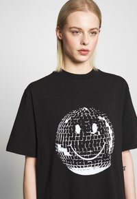House of Holland - SMILE OVERSIZED - Print T-shirt - black - 4