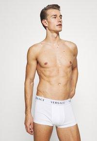 Versace - PARIGAMBA BASSO INTIMO UOMO 2 PACK - Pants - dark blue/white - 2