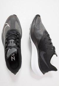 Nike Performance - ZOOM GRAVITY 2 - Obuwie do biegania treningowe - black/white/iron grey - 1
