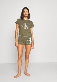 Calvin Klein Underwear - ONE SLEEP PRIDE SET - Pyjama set - muted pine - 0