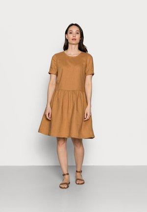 DRESS - Denní šaty - camel