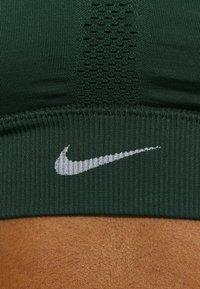 Nike Performance - INDY SEAMLESS BRA - Sujetadores deportivos con sujeción ligera - pro green/white - 4