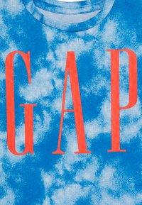 GAP - TODDLER BOY LOGOMANIA TEE - Print T-shirt - blue burst - 3