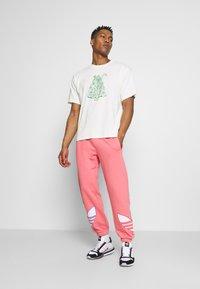 adidas Originals - UNISEX - Träningsbyxor - light pink - 1