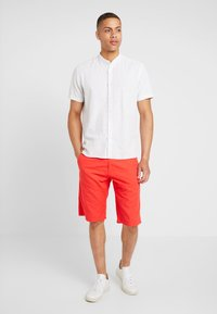 s.Oliver - RELAXED - Shorts - hyper red - 1