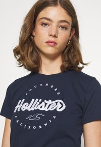 Hollister Co. - TECH CORE - Print T-shirt - navy - 3