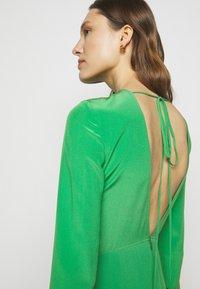 Victoria Beckham - HANKERCHIEF SLEEVE MIDI - Cocktailklänning - emerald green - 3